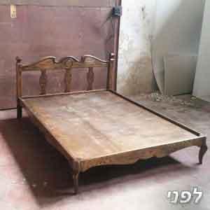 מיטה מעץ מלא בצבע חום לפני צביעה