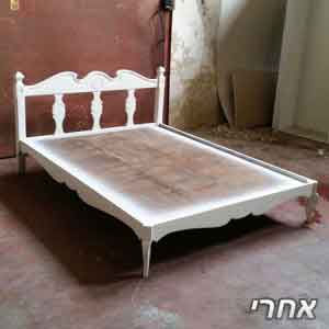 צביעת מיטה מעץ בלבן