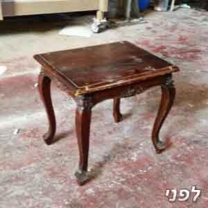 שולחן קטן מעץ מלא בצבע חום לפני צביעה בתנור