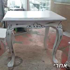 שולחן שנצבע בלבן בגימור וינטז