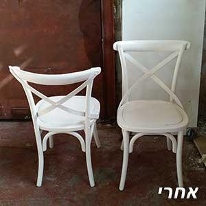 זוג כסאות לאחר צביעה ללבן